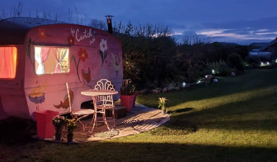 the cwtch Hwtch glamping at night